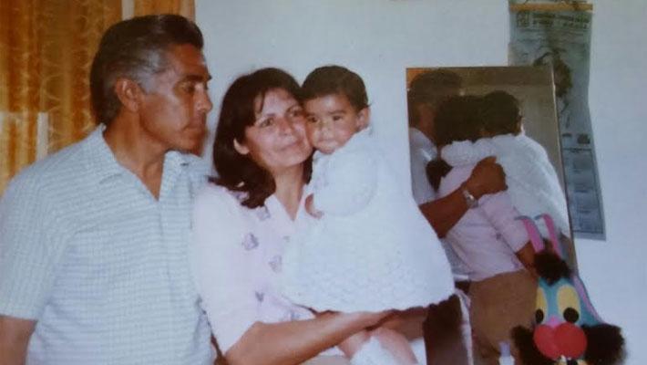 La abogada Verónica Ruiz con sus padres adoptivos